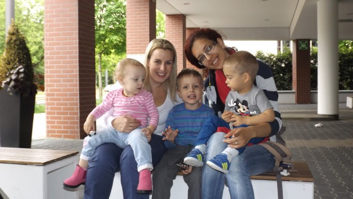 Alina, prietena Ally din Australia si copiii. Intalnirea de 20 de minute care a stat la baza aventurii noastre.